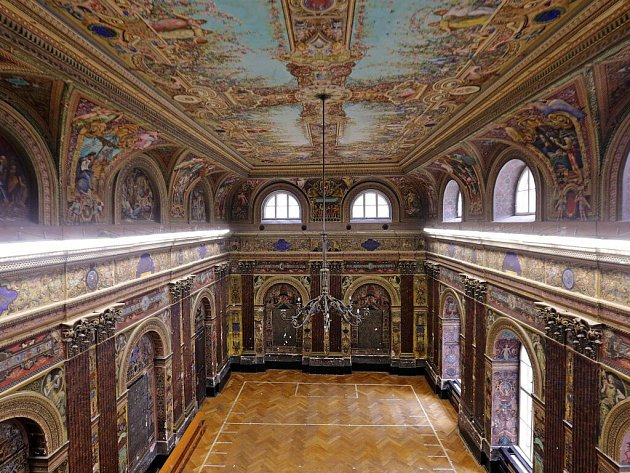 Freskami zdobený slavnostní sál na ZŠ Komenium v centru Olomouce