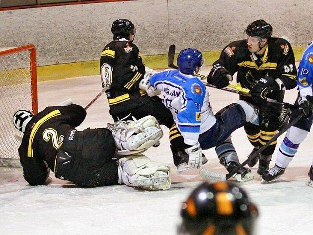 Uničovští hokejisté (v černém) proti Valašskému Meziříčí