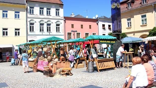 Hlavní náměstí zaplnili v sobotu dopoledne trhovci.