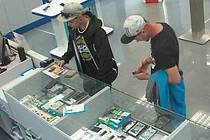 Policie pátrá po dvou mladících, kteří 19. 8. 2016 kradli v OC Haná v Olomouci