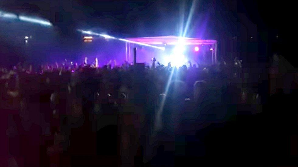 Snímek z videa zachycující venkovní párty Ibiza Beach Edition na pískovně Náklo 5. června 2021
