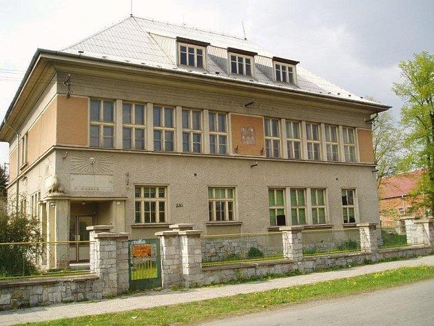 Nové bydlení pro seniory chystají vÚjezdu na Olomoucku. Několik malometrážních bytů vyroste vněkdejší české škole. Nový domov by tam měli najít především místní, kterým už je více než šedesát let.