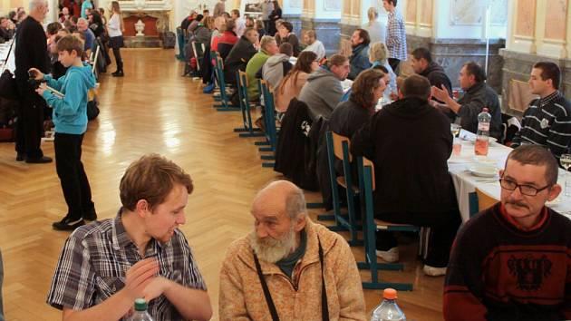 Na osmdesát lidí bez domova usedlo v neděli v Arcibiskupském paláci k obědu s olomouckým arcibiskupem Janem Graubnerem.