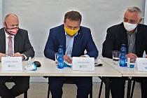 Zleva Ladislav Okleštěk (ANO), Marian Jurečka (Spojenci) a Josef Suchánek (Piráti a Starostové). Lídři nejúspěšnějších stran v krajských volbách na předvolební debatě Deníku