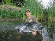 Jakub Tiefenbach v sobotu chytil na Chomoutovském jezeře sumce měřícího neuvěřitelných 224 cm.