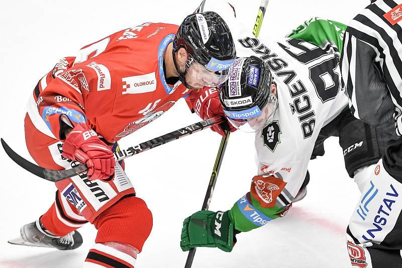 Utkání 1. kola hokejové extraligy: HC Olomouc - BK Mladá Boleslav, 10. září 2021 v Olomouci. (zleva) Ondřej Najman z Mladé Boleslavi a Maris Bičevskis z Mladé Boleslavi.
