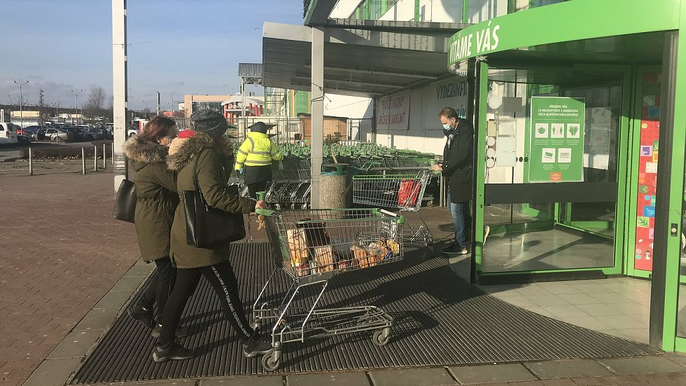 Globus v Olomouci, 27. prosince 2020. Supermarkety musely kvůli vládnímu nařízení omezit sortiment