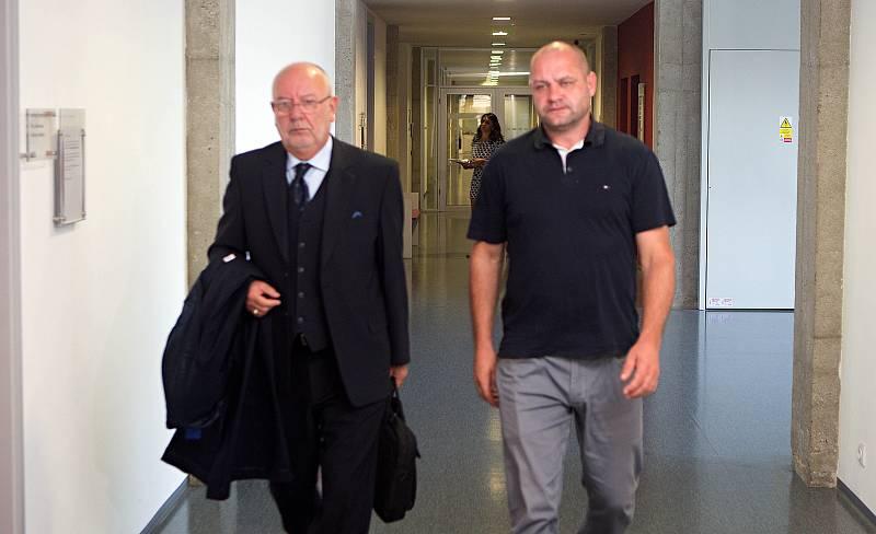 Daniel Kunce (vpravo) a jeho obhájce Aleš Zdráhala u krajského soudu v Olomouci
