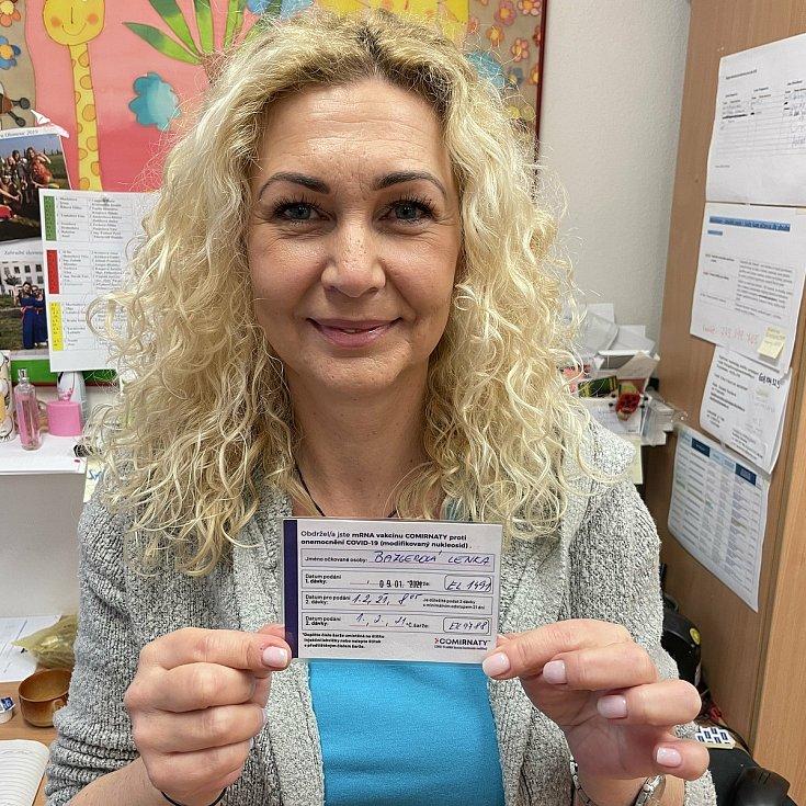 Lenka Bazgerová z olomouckého SeniorCentra SeneCura s průkazkou o absolvovaném očkování proti covidu. 4. února 2021
