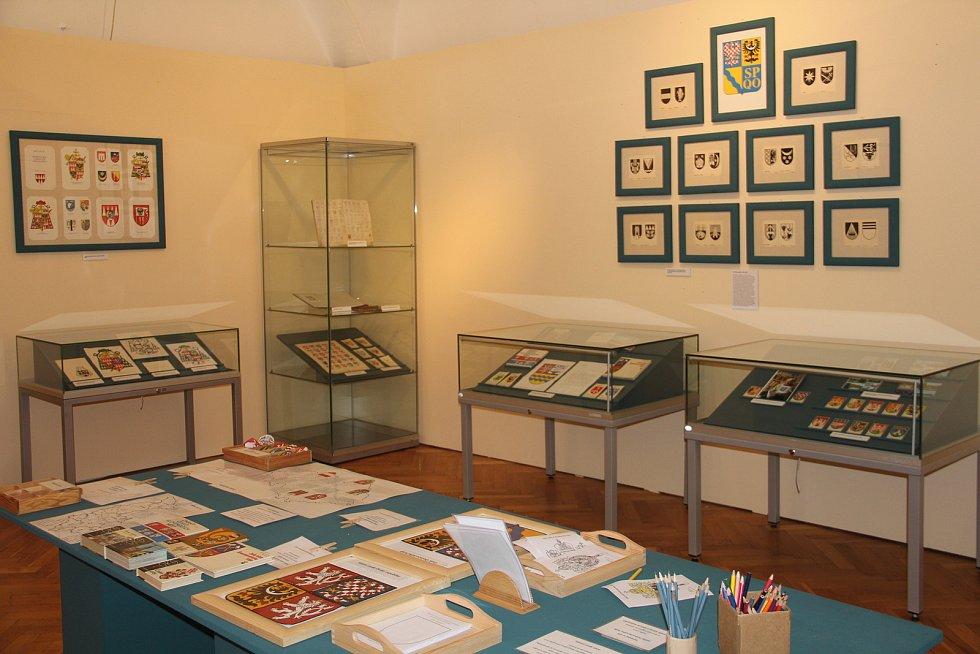 Ve Vlastivědném muzeu stále probíhá výstava Život mezi erby, která připomíná dílo českého heraldika Jiřího Loudy.