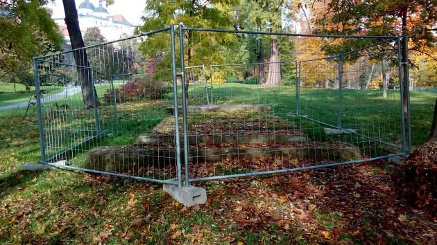 Vstupy do krytů v Bezručových sadech v Olomouci jsou v současné době kvůli výzkumům oplocené