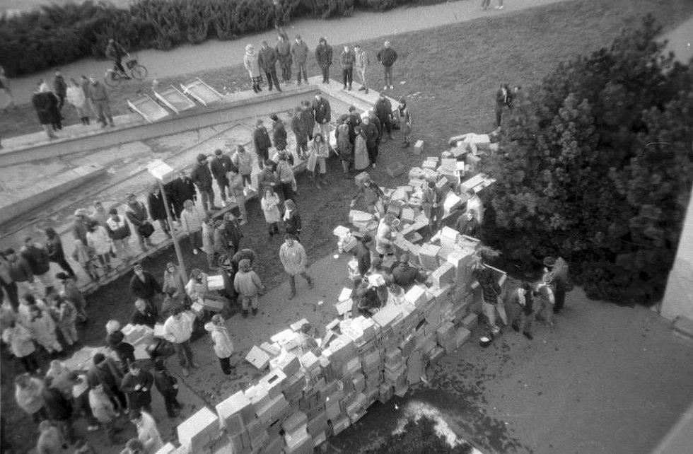Stavba krabicové zdi před sídlem okresního výboru KSČ na Envelopě