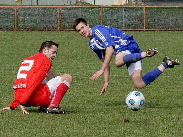 Uničovští fotbalisté (v modrém) proti Líšni