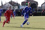 Olomoučtí fotbalisté (v modrém) porazili v přípravě Nitru 1:0. Uroš Radakovič (vpravo).