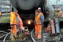 Opravy kolejí po nehodě cisternového vlaku