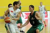 Basketbalisté Olomouce (v bílém) proti Liberci