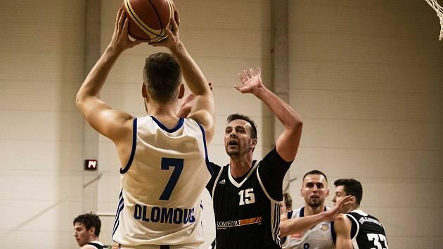 Basketbal Olomouc (v bílém) porazil Šlapanice 114:88.