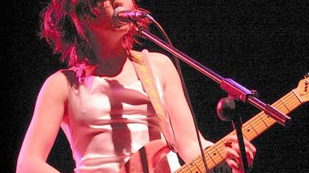 Písničkářka Nina Hynes.