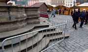 Herkulova kašna na Horním náměstí v Olomouci za plotem