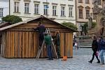 Stavba stánků na Dolním náměstí v Olomouci. 29. října 2019