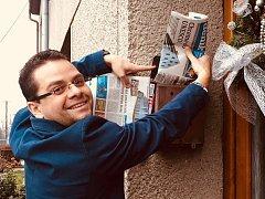 Šéfredaktor středomoravských Deníků Martin Nevyjel při roznosu čerstvých novin předplatitelům