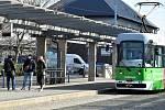 Řidič tramvaje zastavuje, zakrývá si obličej a teprve potom vpouší cestující dovnitř. Po dobu jízdy už roušku nesundá