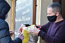Výdejna jídla v Hanácké hospodě v centru Olomouce při první koronavirové vlně v březnu 2020