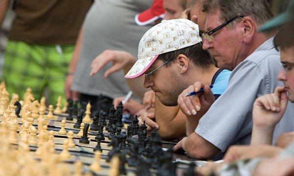 Start Olomouckého šachového léta - simultánka Pavla Šimáčka proti devatenácti soupeřům