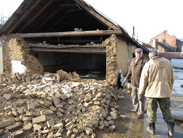 Majitel domu Vojtěch Kolář si společně se statikem prohlíží část štítové zdi, která se zřítila ve čtvrtek ráno v olomoucké části Slavonín.