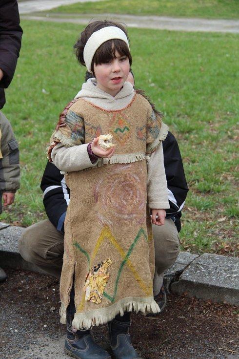 Lidé v krojích, maskách a dobových kostýmech z dvacátých a třicátých let minulého století se přišli podívat na akci nazvanou Svátky jara – vynášení Morany