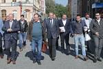 Předvolební autobus Deníku - lídři stran v Olomouckém kraji nasedají u olomoucké tržnice na autobus do Přerova