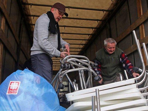 Nakládání humanitární pomoci olomoucké charity pro Ukrajinu