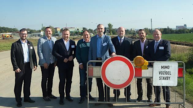 DENÍK BUS - lídři stran u rozestavěného kousku dálnice v Předmostí. Zleva Aleš Jakubec (TOP09), Radim Sršeň (STAN), Marian Jurečka (KDU-ČSL), Josef Nekl (KSČM), Roman Váňa (CSSD), Lubomír Hartmann (Realisté), Michal Zácha (ODS), Ladislav Okleštěk (ANO)