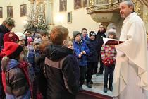 Děti i dospělí naslouchali slovům faráře na dětské mši na Štědrý den v Těšeticích.