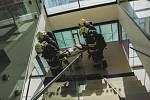 Cvičení hasičů v nové budově Y v olomoucké fakultní nemocnici