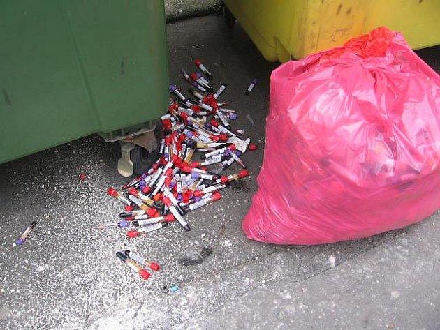 Zkumavky s krví, které se našly v Remešově ulici v centru Olomouce.