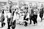 Průvod k máji na návsi v Luběnicích v roce 1969