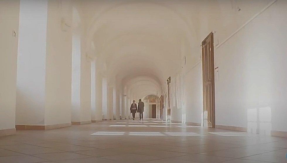 Screen z filmové minisérie Modré stíny. Olomoucký konvikt