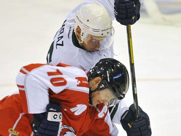 Brzno Mráz (v bílém) v souboji s Pavlem Paterou v přípravném zápase HC Olomouc se Skalicí