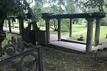 Poslední majitelé zámku v Náměšti na Hané Ottáhalovi doplnili původní barokní kompozici parku také o sloupořadí. 17. června 2020