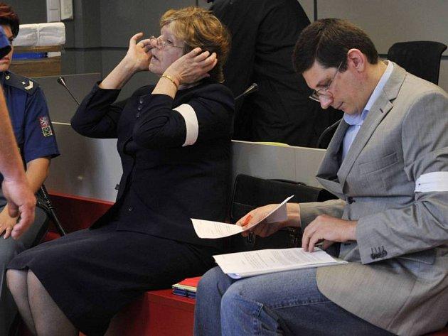 Hana (vlevo) a Pavel (vpravo) Nárožní u krajského soudu v Olomouci