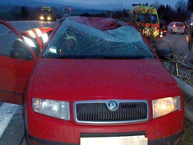 Tragická nehoda na R35 u Kocourovce - uvolněné kolo náklaďáku zasáhlo řidiče fabie v protisměru
