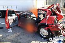 Hasiči vyprostili z vraků vozidel dvě zraněné osoby.