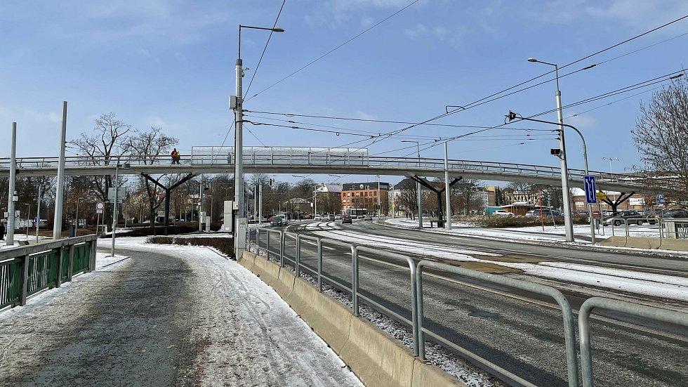 Třída 17. listopadu v Olomouci a lávka spojující tržnici s Galerií Šantovka, únor 2021
