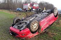 Nehoda u Štěpánova na Olomoucku, kde skončil vůz na střeše mimo komunikaci. 25.12. 2020