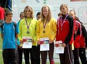 Barbora Zatloukalová z Olomouckého kraje (uprostřed) přebírá zlatou mediali za skok daleký