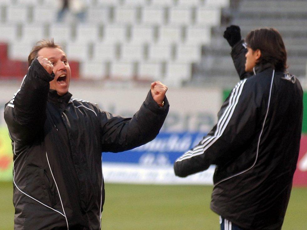 Trenér Pulpit se raduje z gólu.