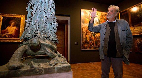 Ivan Theimer na velké výstavě svých děl snázvem Via Lucis volomouckém Arcidiecézním muzeu