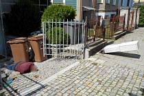 Opilý muž řádil v ulici Na Trati, pak usnul