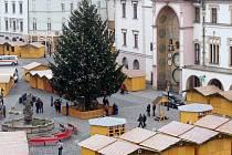 Horní náměstí v Olomouci zaplnily stánky a vánoční výzdoba